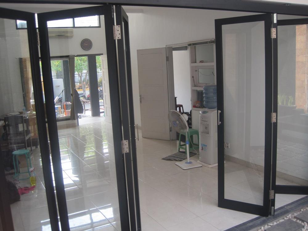 pintu partisi lipat alumunium
